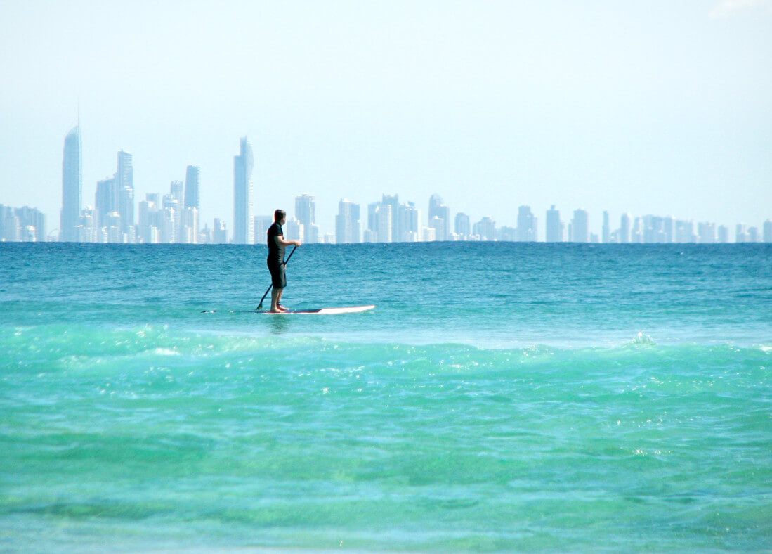 paddleboarder-at-surfers-paradise-queensland-australia_t20_lWY00m